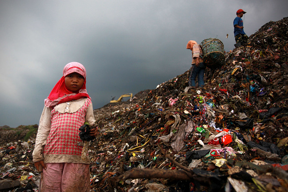 Mountain「Children Juggle Scavenging With School At Jakarta Landfill Site」:写真・画像(13)[壁紙.com]