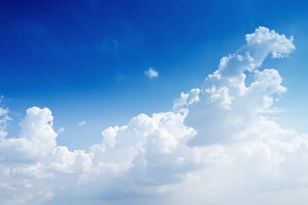 天然の青い空に雲の一部:スマホ壁紙(壁紙.com)