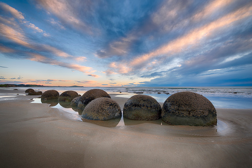 Atmospheric Mood「Moeraki Boulders on Koekohe Beach with dramatic sky, Otago coast, South Island of New Zealand. Moeraki, Hampden, Koekohe Beach, Otago Coast, South Island, New Zealand.」:スマホ壁紙(17)