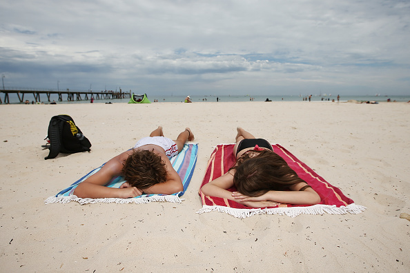 Sunbathing「Adelaide Residents Try To Stay Cool As Severe Heatwave Continues」:写真・画像(13)[壁紙.com]