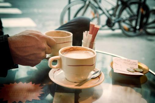 ココア「パリの歩道のカフェでのコーヒー」:スマホ壁紙(5)