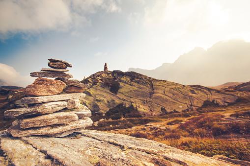 ティチーノ州「バランスをとる石で、ピークのサンベルナール峠、スイス連邦共和国。」:スマホ壁紙(16)