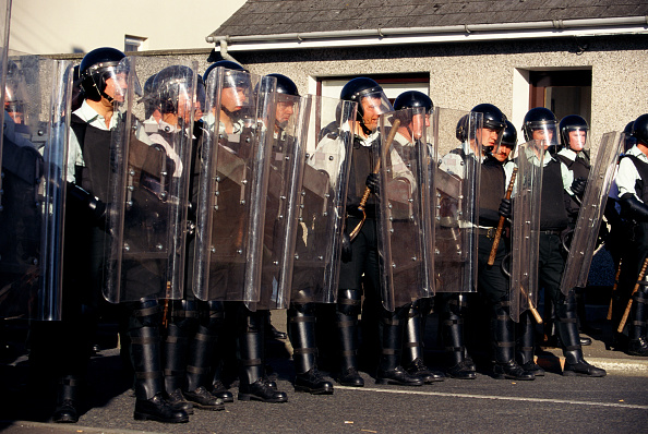 People In A Row「RUC officers with riot shields. Bellaghy, Northern Ireland, UK」:写真・画像(15)[壁紙.com]