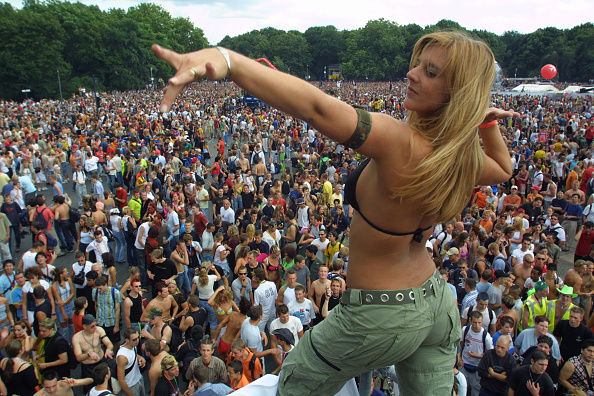 Sean Gallup「Berlin's Love Parade Draws Hundreds Of Thousands」:写真・画像(13)[壁紙.com]
