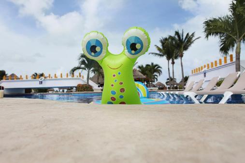 キャラクター「プールで楽しい」:スマホ壁紙(1)