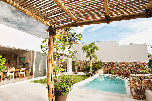 Sayulita「Swimming pool and canopy in backyard」:スマホ壁紙(13)