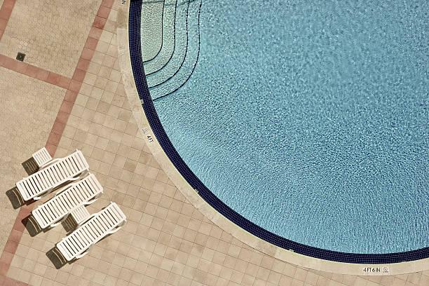Swimming pool and lounge chairs:スマホ壁紙(壁紙.com)
