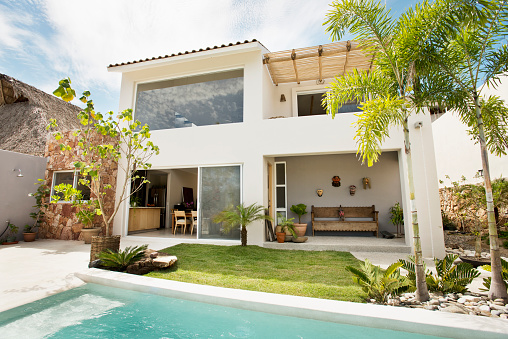 Sayulita「Swimming pool in backyard of modern home」:スマホ壁紙(7)