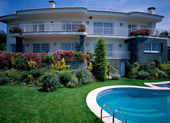 Grass Family「A swimming pool is attached to a large house」:写真・画像(9)[壁紙.com]