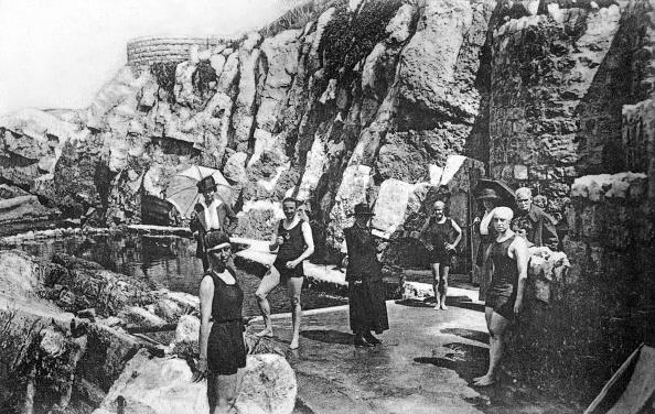 Hotel Du Cap Eden Roc「Swimming pool in the rocks in Eden Roc hotel in Antibes (Frencg Riviera), postcard, c. 1910」:写真・画像(1)[壁紙.com]