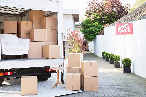 Boxes on ground near moving van:スマホ壁紙(壁紙.com)