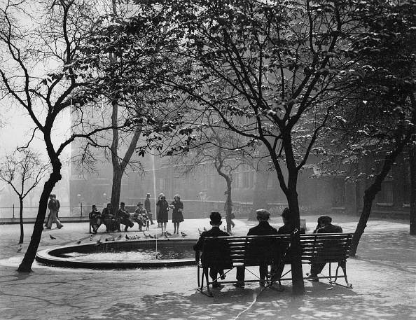 Bench「People In The Temple Gardens / London. 3Th May 1929.  Photograph.」:写真・画像(4)[壁紙.com]