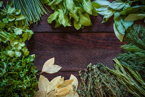 Mint Leaf - Culinary「Various kinds of aromatic herbs frame on wooden table」:スマホ壁紙(9)
