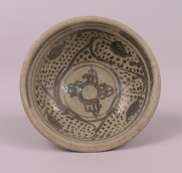 Shallow「Glazed bowl made with shallow rounded sides and a flared rim and  black decoration on the interior」:写真・画像(18)[壁紙.com]