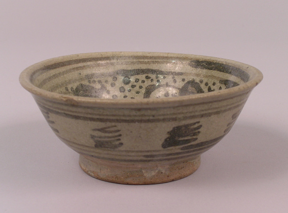Shallow「Glazed bowl made with shallow rounded sides and a flared rim and  black decoration on the interior」:写真・画像(15)[壁紙.com]