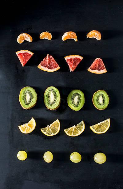 Fruit slices arranged in rows:スマホ壁紙(壁紙.com)