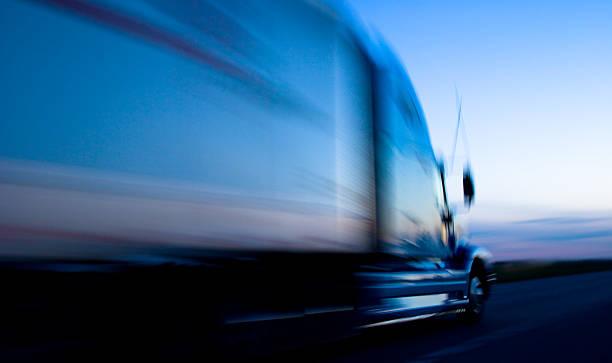 Truck speeding down the freeway at dusk:スマホ壁紙(壁紙.com)