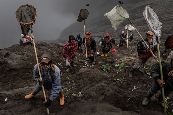 お祭り「Indonesians Perform Kasada Ritual On Mount Bromo」:写真・画像(11)[壁紙.com]