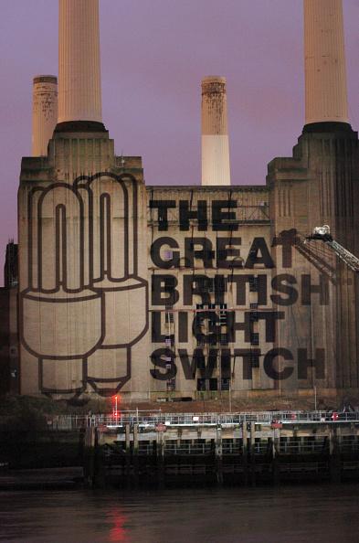 Light Bulb「Projection Appears on London's Battersea Power Station」:写真・画像(17)[壁紙.com]