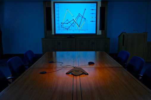 暗い「Projection Screen Illuminating an Empty Conference Room」:スマホ壁紙(16)