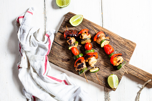 Chicken Meat「Grill skewers with grilled chicken, tomato, bell pepper and zucchini on chopping board」:スマホ壁紙(1)
