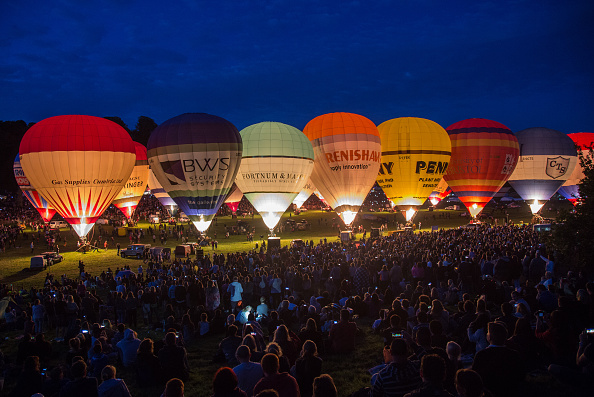 Glowing「Balloonists Take To The Skies For The Bristol International Balloon Fiesta」:写真・画像(9)[壁紙.com]