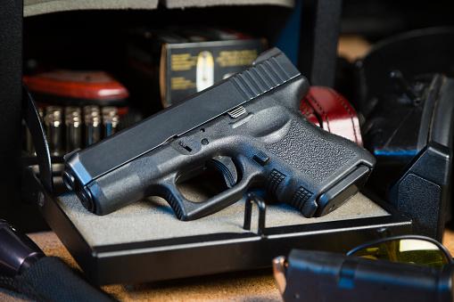 Handgun「Handgun and Safe」:スマホ壁紙(12)