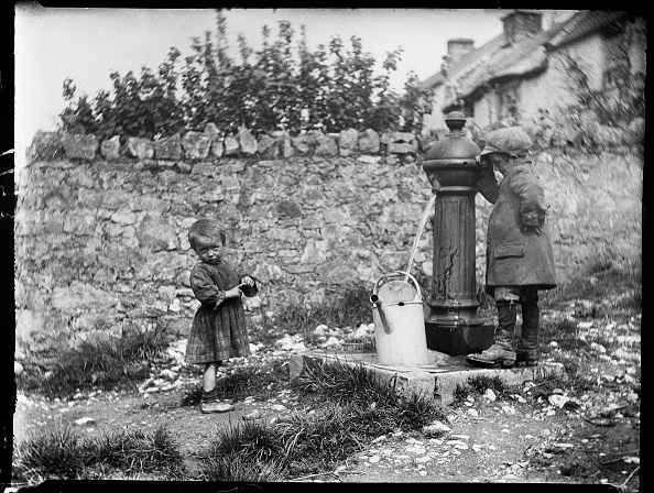 Edwardian Style「Two Children Collecting Water At A Water Pump」:写真・画像(9)[壁紙.com]
