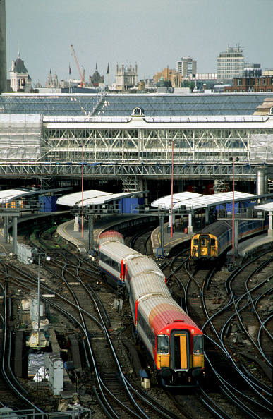 Overcast「A South West Train leaves London's Waterloo station. 5th April 2003.」:写真・画像(8)[壁紙.com]