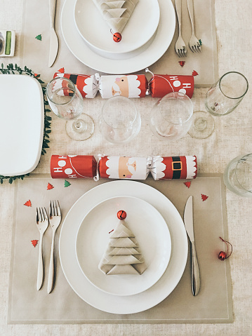 Christmas Cracker「Overhead view of Christmas table setting」:スマホ壁紙(0)