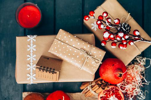 カレンダー「Overhead view of christmas gifts and decorations」:スマホ壁紙(19)