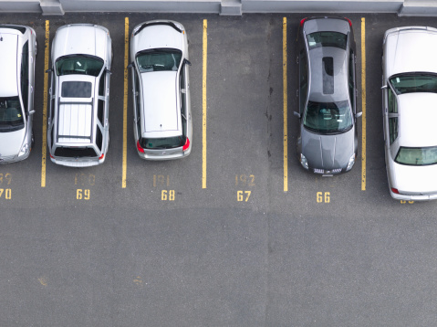 駐車場「Overhead view of cars in parking lot, one empty 」:スマホ壁紙(19)