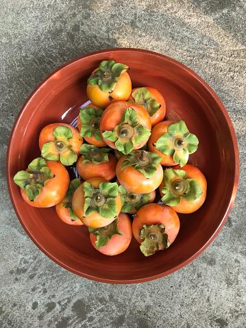 Fuyu「Overhead view of Fuyu persimmons (Diospyros) in a bowl」:スマホ壁紙(6)
