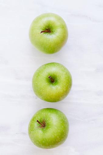 リンゴ「Overhead view of three apples on marble table」:スマホ壁紙(11)