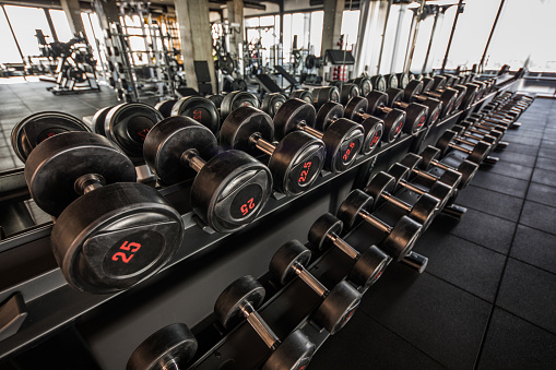 Rack「Large group of dumbbells in a row at gym.」:スマホ壁紙(4)