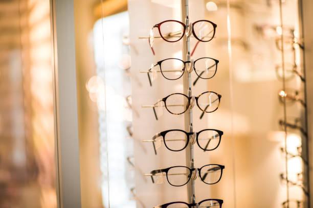 Large group of modern reading glasses at optician store.:スマホ壁紙(壁紙.com)
