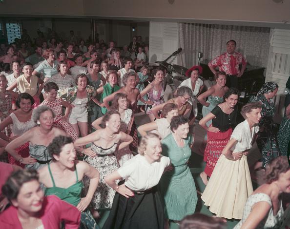 Gene Lester「Hula Class Abourd The SS Lurline」:写真・画像(19)[壁紙.com]