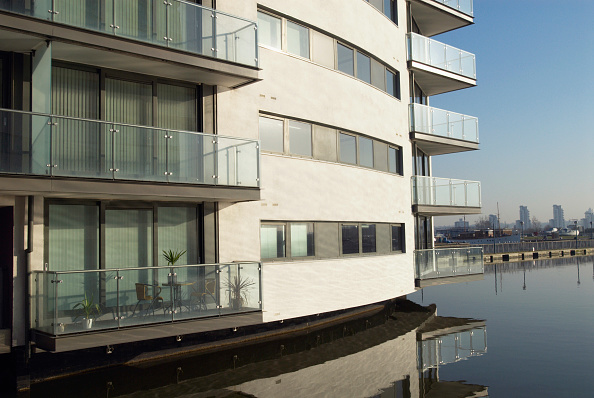 Apartment「Waterside apartments by Thames River, East Beckton, Thames Gateway, London, UK, 2008」:写真・画像(6)[壁紙.com]