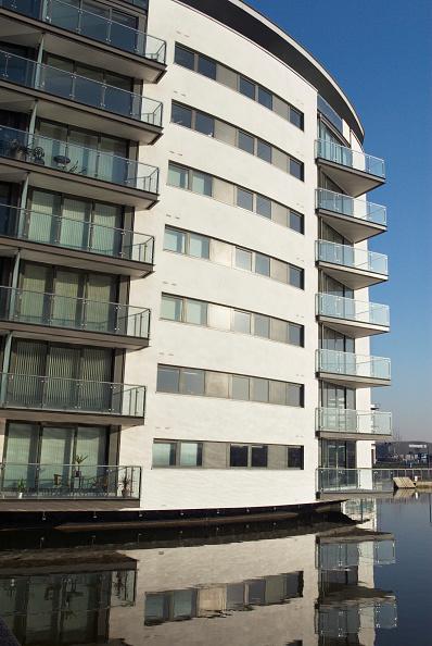 Water's Edge「Waterside apartments by Thames River, East Beckton, Thames Gateway, London, UK, 2008」:写真・画像(17)[壁紙.com]
