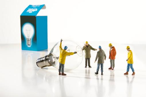 Repairman「Utility Worker Figurines Installing Light Bulb」:スマホ壁紙(13)
