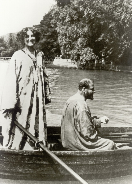 Rowing「Gustav Klimt and Emilie Flöge in a rowing boat on Attersee near Seewalchen. Photograph. About 1909/10.」:写真・画像(6)[壁紙.com]