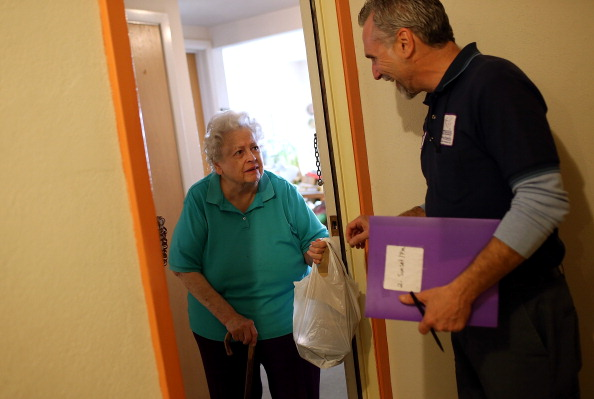 Healthcare Worker「Sequester Cuts Threaten Programs For Poor Such As Meals On Wheels」:写真・画像(0)[壁紙.com]
