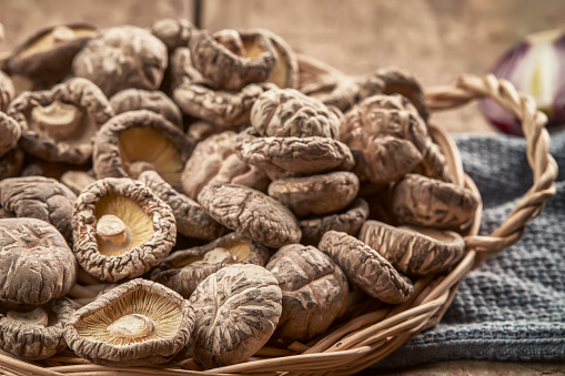 Fungus Gill「Shiitake mushroom on wooden table」:スマホ壁紙(6)