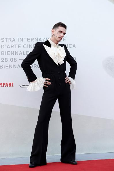"Cross Shape「""Happy Birthday"" Red Carpet Arrivals - The 76th Venice Film Festival」:写真・画像(14)[壁紙.com]"