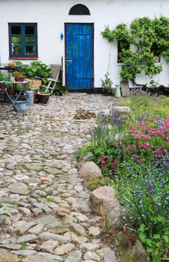 Paving Stone「Backyard of old farmhouse in spring - Southern Jutland, Denmark」:スマホ壁紙(9)