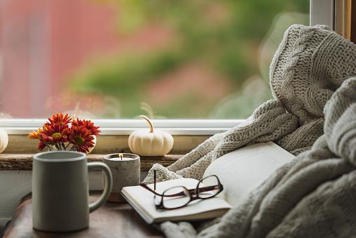 秋「毛布とコーヒーで秋に居心地の良い読書ヌック」:スマホ壁紙(14)