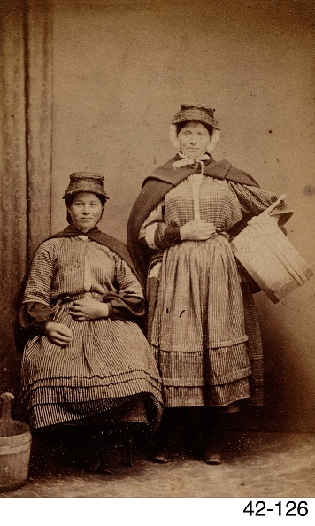 1870-1879「Two Welsh Cockle Girls」:写真・画像(17)[壁紙.com]