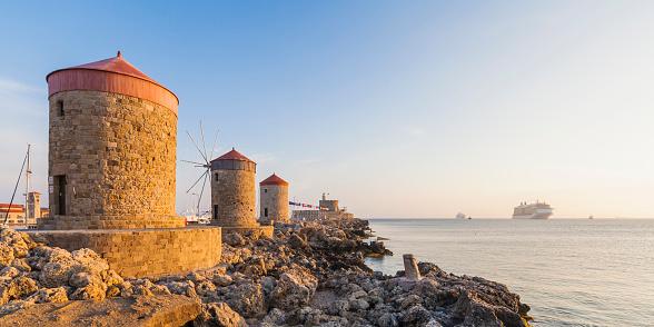 Aegean Sea「Greece, Rhodes, mole of Mandraki harbour with windmills and cruise ship in background」:スマホ壁紙(13)