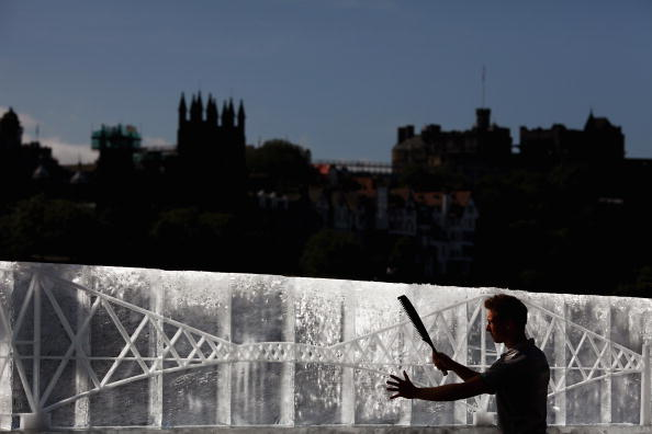 Bestof2009「Vast Ice Sculpture Of The Forth Rail Bridge Arrives In Edinburgh」:写真・画像(8)[壁紙.com]