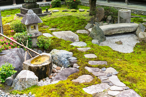 Japanese Rock Garden「Detail Moss, stone  garden with water tank and small rock bridge in Chion-ji temple in Kyoto, Japan」:スマホ壁紙(12)